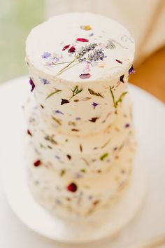 Love Wedding Cakes A white wedding cake provides the perfect canvas for a minimalist sprinkling of flower petals and pressed flowers. We see this cake served at a rustic-chic wedding or vintage tea party wedding. Photo via Whimsical Wonderland Weddings . Wedding Cake Rustic, Cool Wedding Cakes, Wedding Cake Designs, Wedding Country, Spring Wedding Cakes, Tea Party Wedding, Craft Wedding, Garden Wedding, Relaxed Wedding