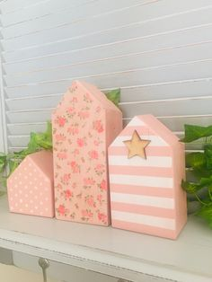 Wooden Pallet Projects, Wooden Pallets, Pallet Ideas, Wooden Decor, Wooden Crafts, Diy Crafts, Small Wooden House, Wooden Houses, Christmas Decorations