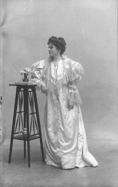 Madame Vasseur, Chanteuse Lyrique, 1892. 1890s Fashion, Edwardian Fashion, Vintage Fashion, Victorian Photos, Victorian Women, Vintage Photography, Portrait Photography, Old Photos, Vintage Photos