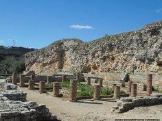 """A casa dita """"dos esqueletos"""" foi demolida nos finais do Séc. III ou inícios do seguinte para se construir a muralha do Baixo Império. Posteriormente a zona foi ocupada por um cemitério - romano e medieval que deu o nome à casa."""