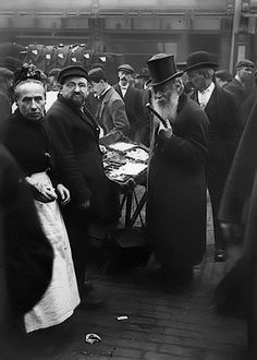 Extraordinary photographs of Petticoat Lane street scenes c1900 from http://forum.casebook.org/showthread.php?t=4266&page=12