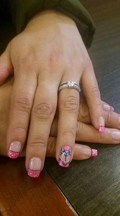 Maquillaje delicado en uñas.