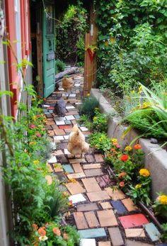 Bunte Holz Stücken formen einen sympathischen Garten
