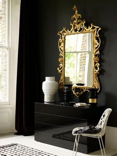 Gilt mirror with black walls (Photo: Chris Everard) Home Interior, Interior And Exterior, Interior Decorating, Luxury Interior, Decorating Ideas, Foyer Decorating, Interior Modern, Beautiful Mirrors, Dark Walls