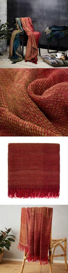 Für unsere schöne Decke Birami wird edle Seide mit bestem Leinen von Hand in Leinwandbindung verarbeitet. Die leichte Struktur der Decke ist angenehm weich auf der Haut und ganzjährig eine gute Wahl. Ein subtiles Streifenmuster mit sanftem Farbverlauf setzt die indische Handwerkskunst in den Fokus.