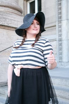 PLUS SIZE FASHION. Trip to Paris,   Plus Size Model & Blogger: Jules SchönWild.   Black hat, stripe shirt, tulle skirt, heels, bag & bow.   More on: http://schoenwild.de/german-curves-road-trip-a-paris-geburtstag-im-disneyland/  Pics: Lina Mallon