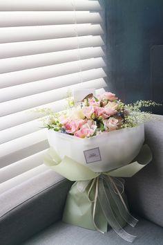 handtied gift #liziday #flower #florist #flowershop #handtied #flowergram #flowers #flowerarrange #flowerlesson #koreaflower #flowerclass #리지데이 #플로리스트 #꽃다발 #꽃박스 #꽃스타그램 #花 #花艺师 #花卉研究者 #花店 #花艺 kakao talk ID : 리지데이