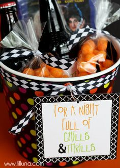 Adorable Halloween Movie Night Gift - A cute basket filled with yummy treats & a movie - perfect for date night { } Diy Halloween Gifts, Halloween Snacks, Easy Halloween, Holidays Halloween, Halloween Baskets, Preschool Halloween, Healthy Halloween, Halloween 2020, Halloween Stuff