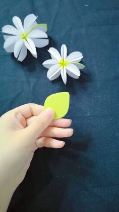 DIY Tree Leaf Flower DIY Tree Leaf Flower Tinkleo tinkleoshopping DIY 038 TOOLS Looks like the leaf expand is flower Save it Try to nbsp hellip Kids Crafts, Diy Crafts Hacks, Diy Crafts For Gifts, Diy Home Crafts, Diy Arts And Crafts, Creative Crafts, Paper Flowers Craft, Paper Crafts Origami, Diy Origami