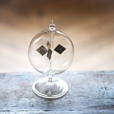 Exposé à la lumière, ce radiomètre se met à tourner d'autant plus vite que la lumière est forte. Hypnotique.
