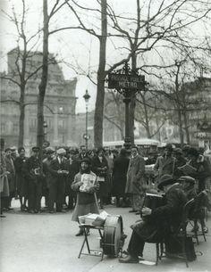France. Chanteuse des rues: Paris 1930