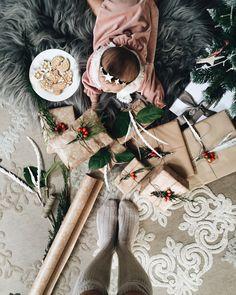 Weihnachtsgeschenke Das Weihnachtsfest rückt immer näher! Bist du auf der Suche nach langlebigen und sinnvollen Geschenken für Babys und Kleinkinder? Hier wirst du bestimmt fündig - ob hochwertiges Holzspielzeug oder lieber ein kuscheliges Plüschtier, diese Geschenke bringen Kinderaugen garantiert zum Leuchten. Life Inspiration, Mommy And Me, Wedding Planner, Merry Christmas, Childhood, Presents, Gifts, Babys, Future