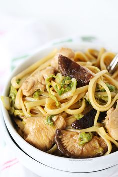 This chicken lo mein recipe is a must-have for Chinese take-out lovers! You can now make this classic Chinese take-out staple at home! Pasta Pizza, Chicken Lo Mein, Chicken Club, Sushi, Asian Recipes, Ethnic Recipes, Chinese Recipes, Asian Cooking, International Recipes