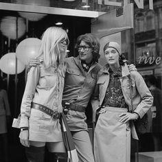 Lo stilista francese Yves Saint Laurent con la modella Betty Catroux (a sinistra) e la stilista Loulou de la Falaise, fuori dal suo negozio Rive Gauche, a Parigi, il 13 settembre 1969