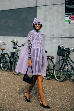 The Best Street-Style Photos From Copenhagen's Spring 2020 Fashion Shows Style du Monde's Acielle is photographing the most stylish Danes and out-of-towners at Copenhagen Fashion Week. See our latest street-style coverage here. Street Style Chic, Looks Street Style, Spring Street Style, Cool Street Fashion, Looks Style, Street Style Women, Street Style Dresses, Spring Style, Danish Street Style