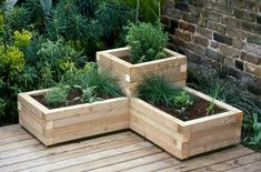 Both beginning and experienced gardeners love raised garden beds. Here are 30 cool ideas for raised garden beds, from the practical to the extraordinary. 30 Raised Garden Bed Ideas via Tipsaholic. Diy Wooden Planters, Outdoor Planters, Planter Ideas, Balcony Planters, Tiered Planter, Deck Planter Boxes, Herb Planters, Outdoor Flower Boxes, Wooden Garden Boxes