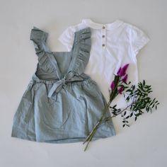 Das Leinenkleid kann mit oder ohne Bluse darunter getragen werden. Mit passenden Strumpfhosen oder Socken lässt sich das Kleid auch in den kälteren Jahreszeiten tragen.