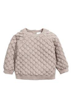 BABY EXCLUSIVE/CONSCIOUS. Een trui van zacht biologisch katoen met een ingebreide structuur. De trui heeft een sluiting in de nek, raglanmouwen en een ribge