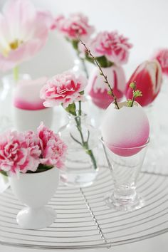 Getting ready for Easter? These elegant Easter decoration ideas and table decorations are sure to impress your guests. Easter Egg Dye, Hoppy Easter, Easter Bunny, Easter Table, Easter Party, Easter Flowers, Easter Colors, Pink Flowers, Diy Ostern
