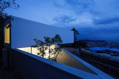 Le 49 by APOLLO Architects & Associates. The site boasts a stunning view overlooking Sagami Bay, Japan. Japanese Architecture, Residential Architecture, Art And Architecture, Creative Architecture, Architecture Interiors, Amazing Architecture, Patio Interior, Interior Exterior, Exterior Design