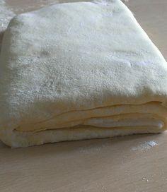 La pasta sfoglia è una delle preparazioni base della pasticceria ed è composta da soli 4 ingredienti: la farina, il burro o la margarina, l'acqua e