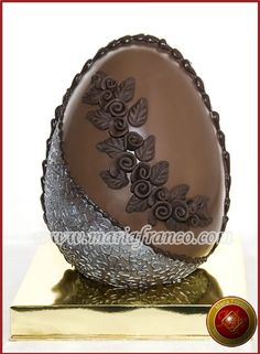 Huevo de chocolate Make Your Own Chocolate, I Love Chocolate, Chocolate Art, Chocolate Blanco, Paletas Chocolate, Eastern Eggs, Spring Treats, Nutella Cake, Chocolate Sculptures