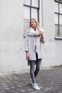 We love grey items - via www.my-jewellery.com | #fall #coat #scarf #myjewellery #grey