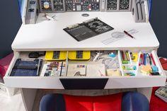 Cilek First Class Schreibtisch Der Cockpit Schreibtisch der First Class Möbelkollektion von Cilek wird nicht nur kleine Pilotenherzen Looping fliegen lassen. In dem Fliegeraufsatz befinden sich vier Ablageböden hinter der... #schreibtische #kinder #cilek