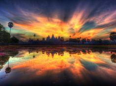 Tutte le tonalità dell'alba nei luoghi più suggestivi. Sono i primi momenti del mattino, i più magici. Ogni paesaggio è unico, specialmente se è contornato dal tempo khmer di Angkor Wat, o se ammirato in mongolfiera sulla Cappadocia in Turchia, o quando il sole riflettere sulle terrazze di riso nello Yunnan, in Cina. Ecco dove vale veramente la pena dormire qualche ora di meno per godersi uno spettacolo davvero speciale