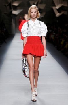 Pure beauty and seduction at Fendi SS16 fashion show in Milan... It's all about red carnation, leather and fur on the runway.