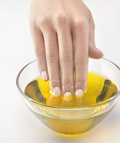 13 Easy Home Remedies to Strengthen Dry Brittle Nails 13 Useful Home Remedies For Brittle Nails - Tips To Get Naturally Strong Nails All Natural Skin Care, Natural Health Tips, Ongles Forts, Grow Long Nails, Cracked Nails, Split Nails, Nails After Acrylics, Oil For Nails, Damaged Nails
