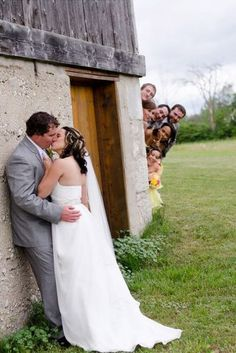 wedding pictures must have ; wedding pictures with dogs ; wedding pictures must have list ; wedding pictures with kids Wedding Fotos, Wedding Kiss, Wedding Photoshoot, Wedding Shoot, Dream Wedding, Trendy Wedding, Wedding Posing, Unique Weddings, Wedding Band