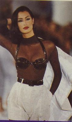 Gianni Versace: A vfile by Photographer A Collection Of Classic Ads From The Italian House Look Fashion, Runway Fashion, Trendy Fashion, Fashion Show, Fashion Outfits, Womens Fashion, 1990s Fashion Women, Fashion In The 90s, Grunge Fashion