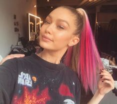 Ombre: Gigi Hadid with pink ombre hair Georgia May Jagger, Bright Hair Colors, Hair Color Pink, Blonde Color, Hair Colours, Beige Blonde, Colourful Hair, Bright Pink, Gigi Hadid Pink Hair