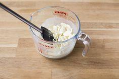 Rezept für sommerlichen Erdbeer Drip Cake mit Cream Cheese Füllung #rezepte #erdbeertorte #torte #dripcakes Liquid Measuring Cup, Measuring Cups, Cupcakes, Icing, Desserts, Food, Best Recipes, Ganache Recipe, Tailgate Desserts