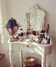 Penteadeiras, toaletes, espelhos de mão e afins