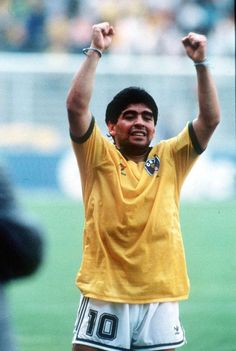 Diego Maradona wearing Brazil's jersey after Argentina defeated Brazil in the 1990 FIFA World Cup Football Icon, Retro Football, Football Design, Football Uniforms, World Football, Pure Football, Good Soccer Players, Football Players, Diego Armando