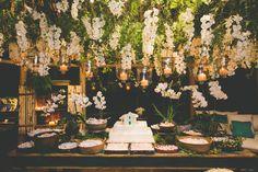 flores e velas em cima da mesa de doces