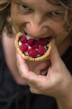Tolles veganes Rezept für Himbeertörtchen mit Zartbitterschokolade und Kokoscremefüllung.