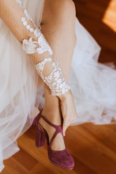 Find local wedding vendors and services near you: dresses, jewelers, catering, djs, photographers and many more. Purple Wedding Shoes, Wedding Shoes Bride, The Wedding Singer, Wedding Music, Luxury Wedding Venues, Best Wedding Dresses, Blog, Madrid, Accessories