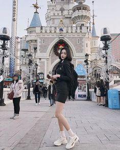 이미지: 사람 1명, 신발 실외 School Uniform Fashion, School Uniform Girls, Girls Uniforms, Ulzzang Korean Girl, Cute Korean Girl, Cute Asian Girls, Japanese Fashion, Korean Fashion, Korean Best Friends