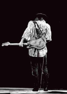 Stevie Ray Vaughan play in guitar behind his back.