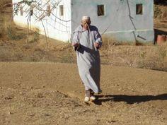 Un sourcier cherche de l'eau en Afrique, en vain ! - http://boulevard69.com/un-sourcier-cherche-de-leau-en-afrique-en-vain/?Boulevard69