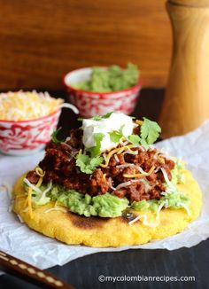 Arepas with Beef Chili, Guacamole and Cheese - Recipes. My Colombian Recipes, Colombian Food, Colombian Arepas, Latin American Food, Latin Food, Columbian Recipes, Cheese Recipes, Cooking Recipes, Gastronomia