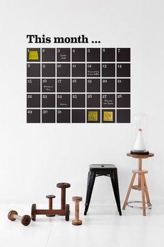 Materiaali: vinyyliä. Koko: 100x98 cm. Kuvaus: Stickers Calendar. Sisältää liidut ja post-it -laput.