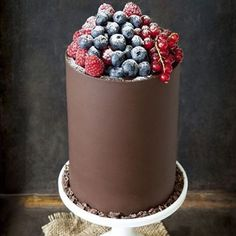My cake for my upcoming birthday (many months away)  @mdprovodores can supply the fruit, but who can make this scrumptious piece of chocolate art..? Image via @cozinhadamaria  #petitedesserts #cake #chocolatecravings #stillwinter #birthdayplans #toomuchtalent #luckyihavesomanycakeartistfriends