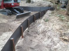 how to install a steel plate retaining wall Steel Garden Edging, Steel Edging, Lawn Edging, House Landscape, Landscape Walls, Landscape Architecture, Landscape Design, Steel Retaining Wall, Retaining Wall Construction