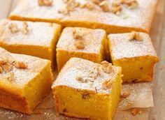 Pour faire cette recette de cake au potiron, il vous faudra : des oeufs, du potiron, de la farine, du sucre, des noix décortiquées, de la levure et du beurre.