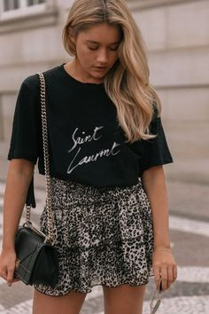Spring outfit | Summer outfit | Black shirt | Leopard skirt | Leopard print | Shoulder bag | Black bag | Gold details | Blonde hair | Blonde girl | Long hair | Casual chic | Sunglasses | Bracelet | Oversized shirt | Luipaard rok | Luipaard print | Zwart shirt | Schoudertas | Zwarte tas | Blond haar | Lang haar | Zonnebril | Inspiration | More on Fashionchick