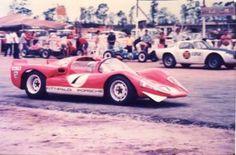 Prova Almirante Tamandaré disputada no autódromo de Jacarepaguá, RJ, em 17/12/1967. Carro 7 – Fitti Porsche (Wilson Fittipaldi Jr.) Carro 96 – DKW Malzoni (Norman Casari/Celso Gerbassi) Atrás nos boxes (era um horror, com aramações de madeira montados sobre um piso de areia) das que disputaram a prova preliminar de Fórmula Vê – motor 1200 cc): nº 84 – Fitti (Pedro Victor Delamare) o outro (coberto por um pano vermelho) é um Aranae nº 33 de Totó Porto Filho. Napoleão Ribeiro